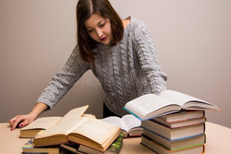 Muchacha del estudiante con la pila de libros fotografía de archivo