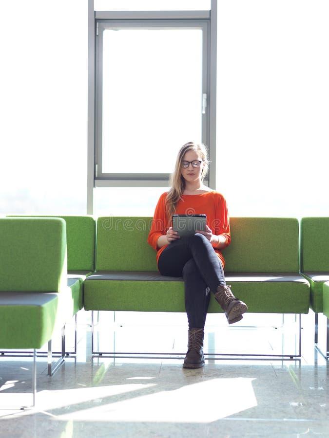 Muchacha del estudiante con la tableta fotos de archivo libres de regalías