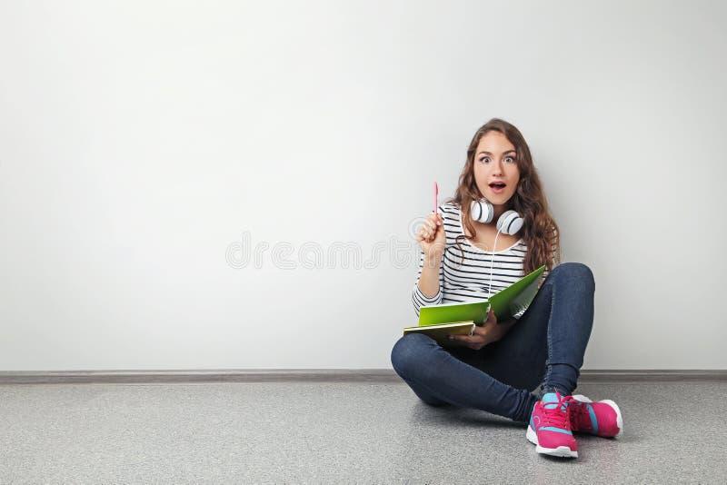 Muchacha del estudiante con los cuadernos foto de archivo libre de regalías