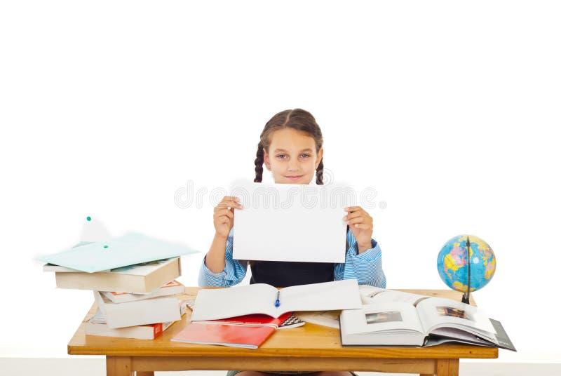 Muchacha del estudiante en la pupila con el papel en blanco fotos de archivo