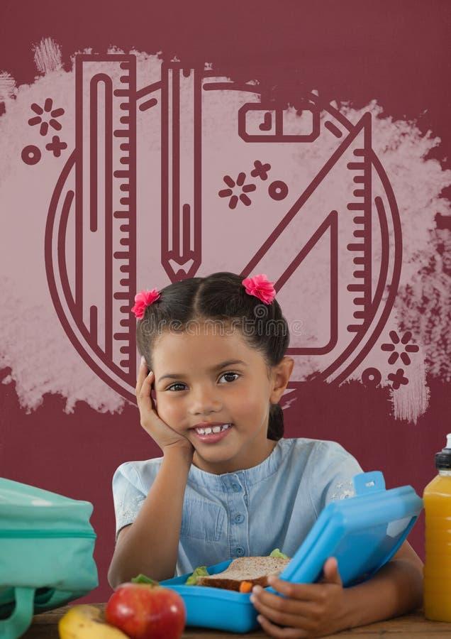 Muchacha del estudiante en la tabla contra la pizarra roja con la educación y el gráfico de la escuela foto de archivo libre de regalías