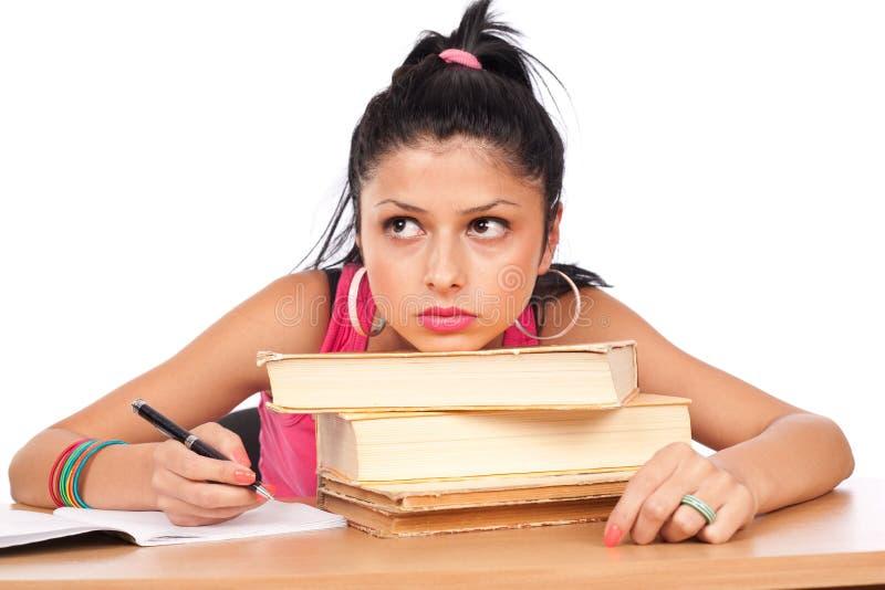 Muchacha del estudiante en su escritorio fotos de archivo libres de regalías