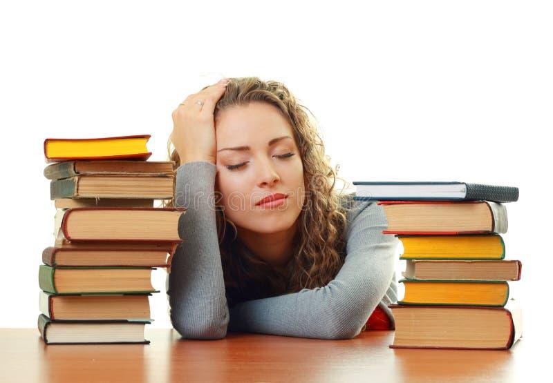Muchacha del estudiante que duerme cerca de los libros fotografía de archivo