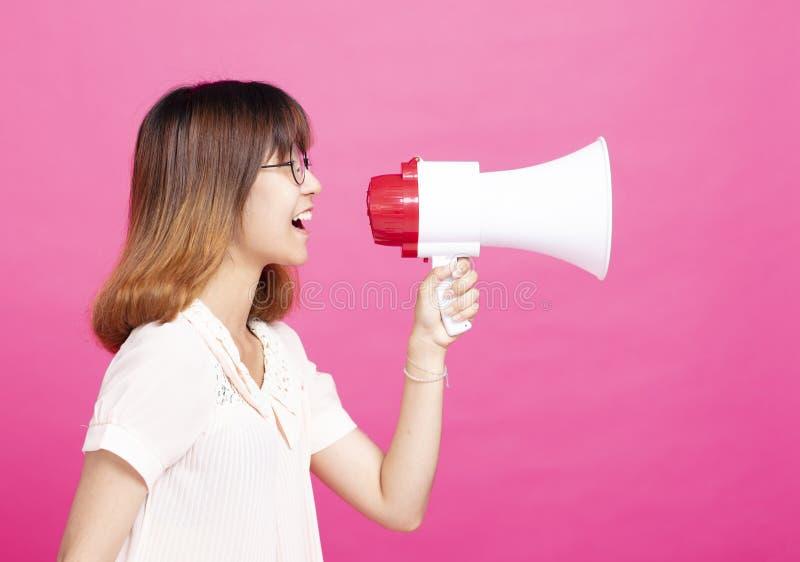 Muchacha del estudiante que grita con el megáfono foto de archivo