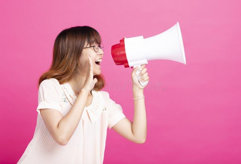 Muchacha del estudiante que grita con el megáfono fotografía de archivo