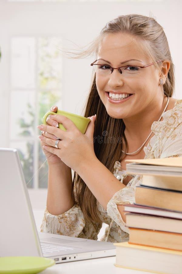 Muchacha del estudiante que usa el ordenador portátil imagen de archivo