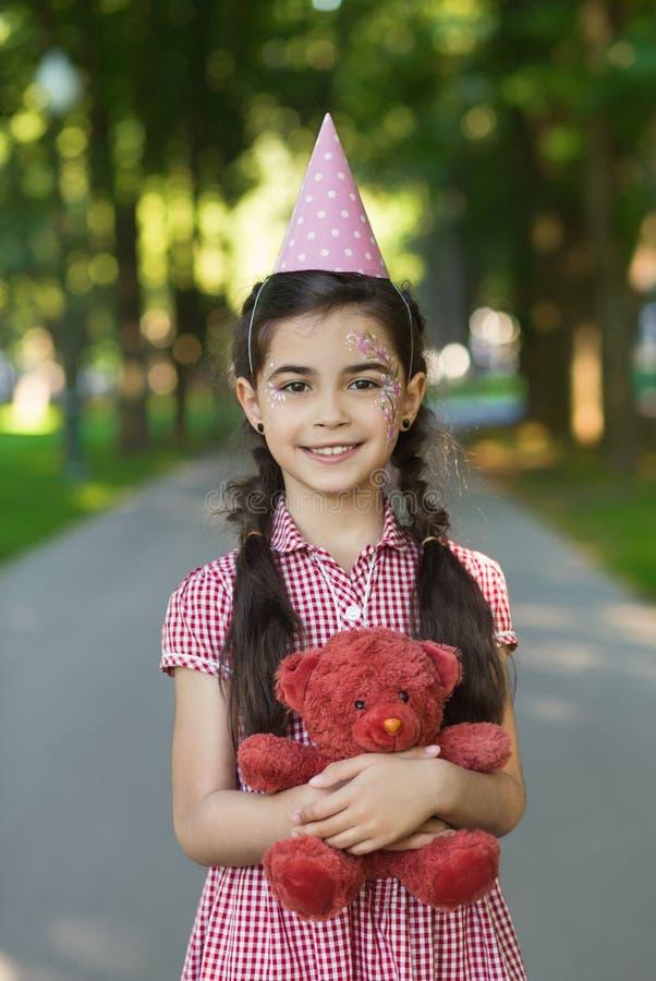 Muchacha del feliz cumpleaños en parque fotos de archivo libres de regalías