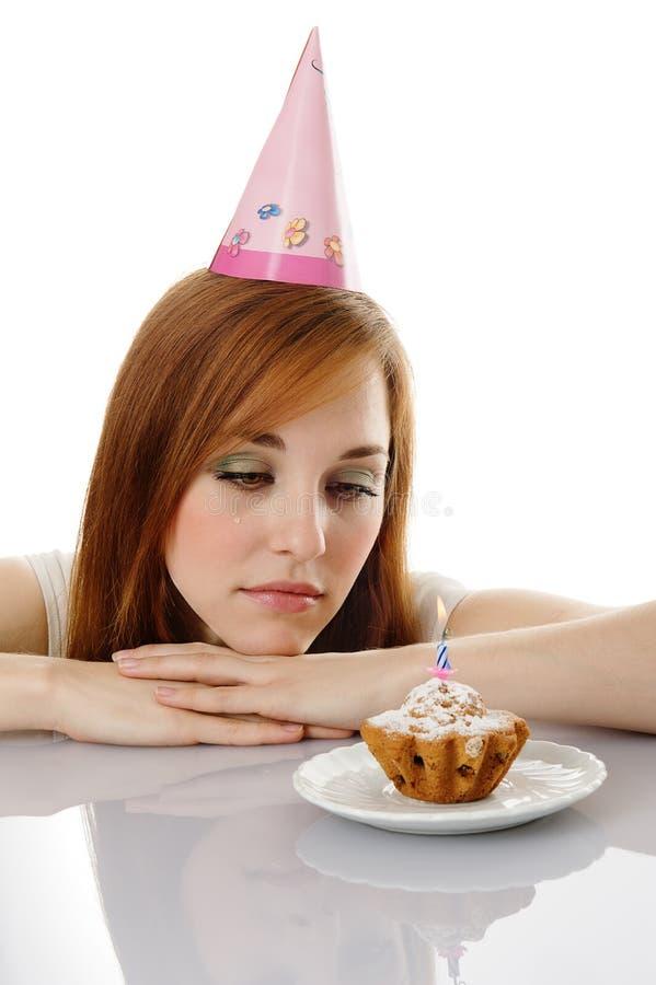 Muchacha del grito con la torta de cumpleaños fotografía de archivo libre de regalías