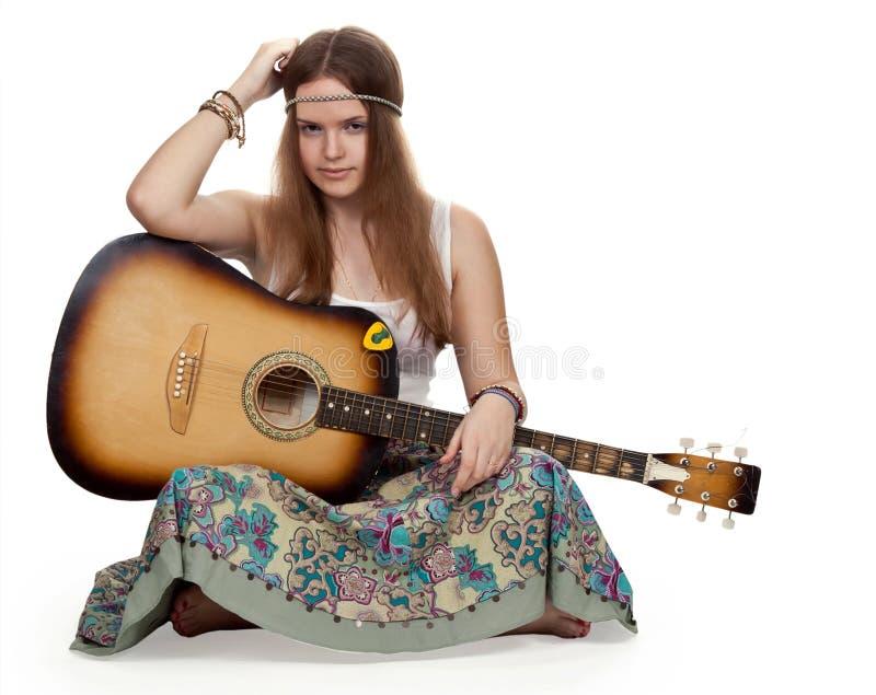 Muchacha del Hippie con una guitarra foto de archivo