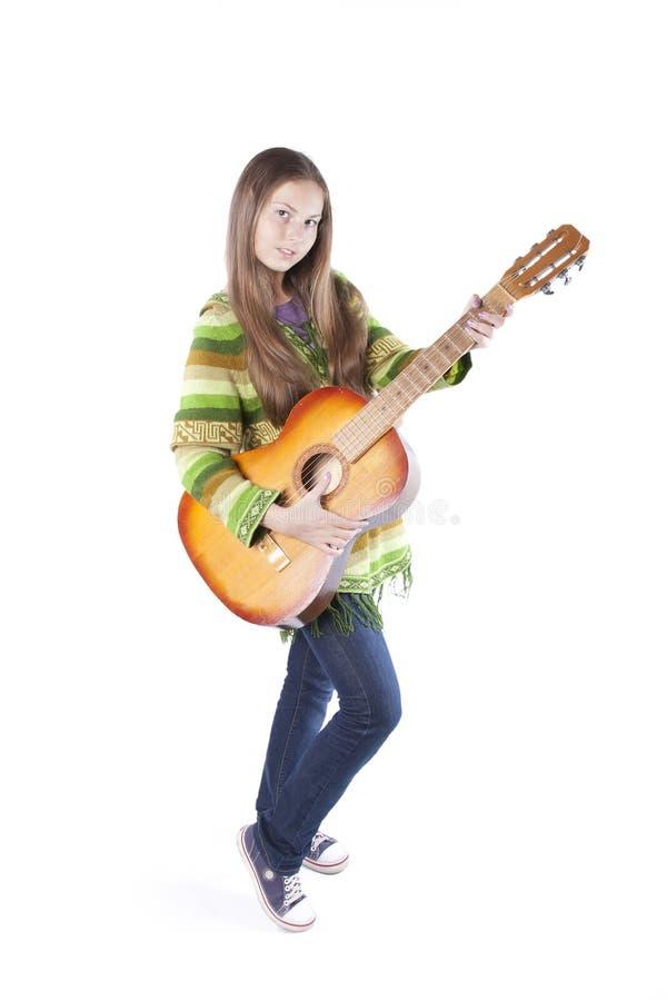 Muchacha del Hippie con una guitarra fotos de archivo