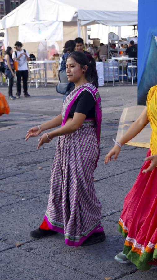 Muchacha del hippie del bailarín de la calle con el vestido rayado foto de archivo