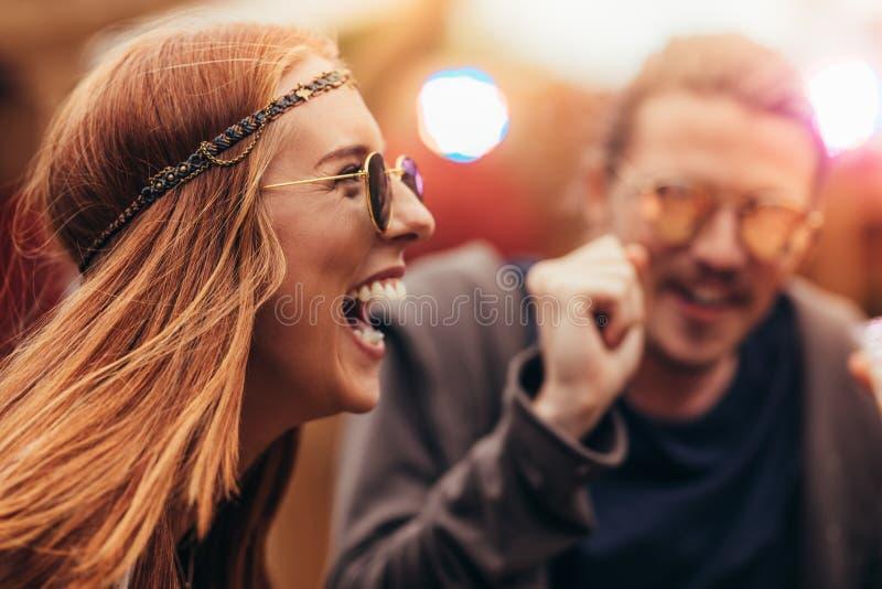 Muchacha del hippie que goza con los amigos en el festival de música fotos de archivo