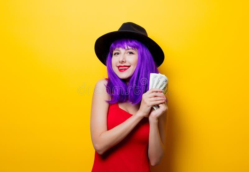 Muchacha del inconformista con el peinado púrpura con el dinero fotografía de archivo libre de regalías