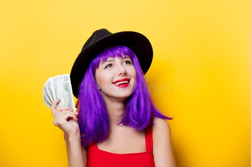 Muchacha del inconformista con el peinado púrpura con el dinero foto de archivo libre de regalías