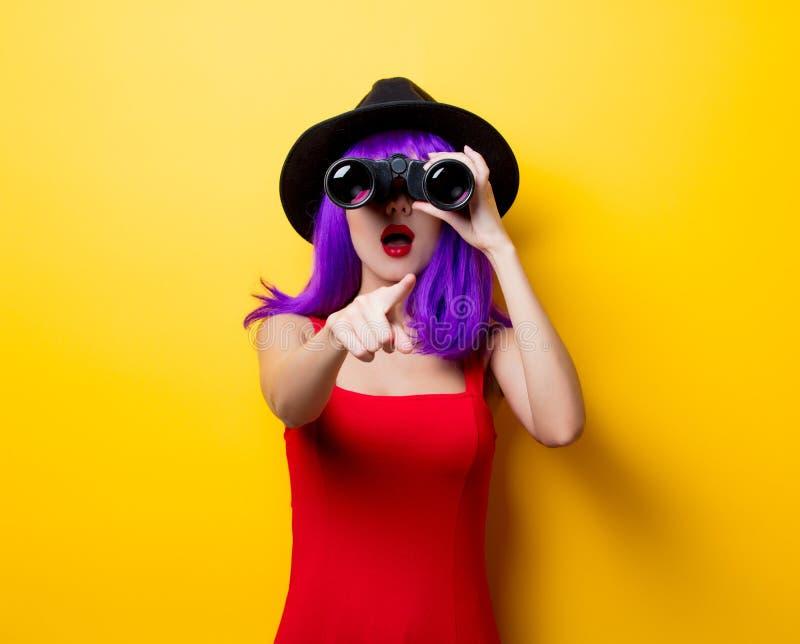 Muchacha del inconformista con el peinado y los prismáticos púrpuras foto de archivo
