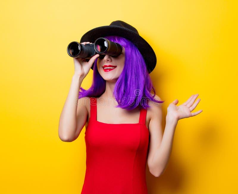 Muchacha del inconformista con el peinado y los prismáticos púrpuras fotografía de archivo