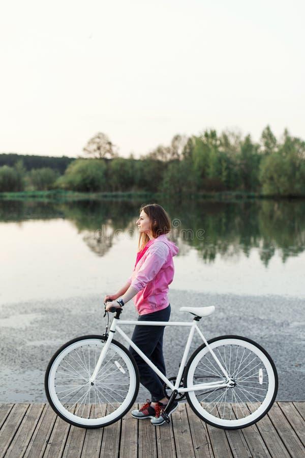 Muchacha del inconformista con la bici moderna imagen de archivo libre de regalías