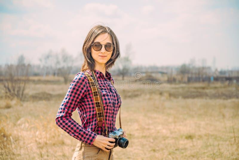 Muchacha del inconformista con la cámara de la foto del vintage fotografía de archivo