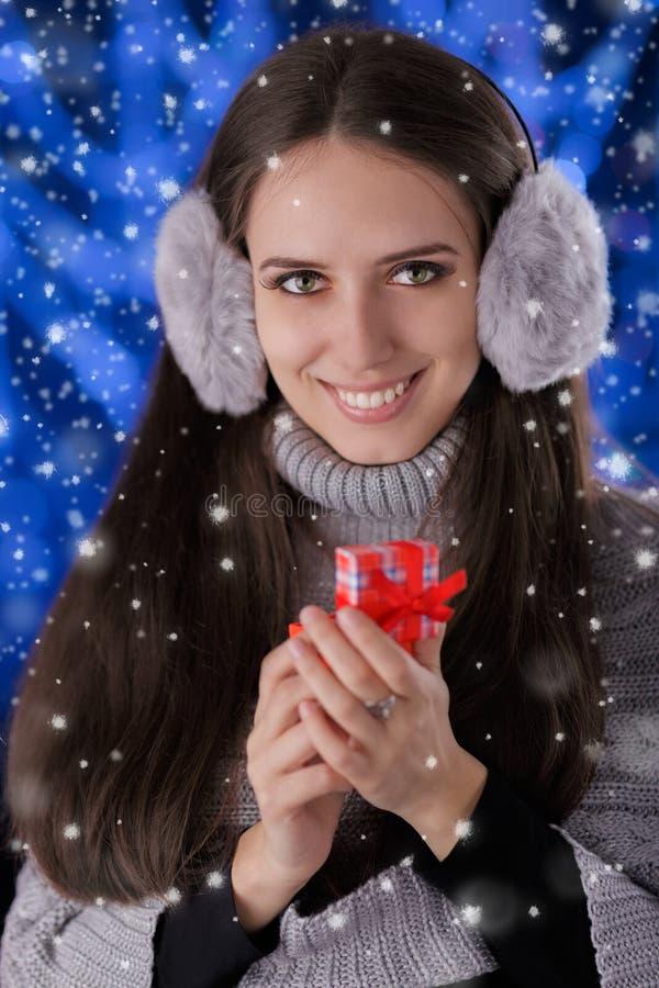 Muchacha del invierno con la pequeña caja de regalo fotos de archivo