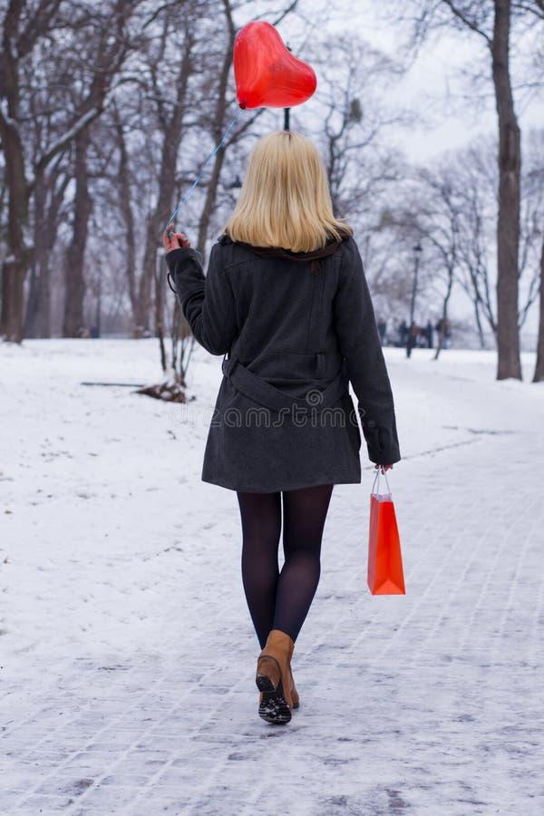 Muchacha del invierno con un bolso foto de archivo libre de regalías