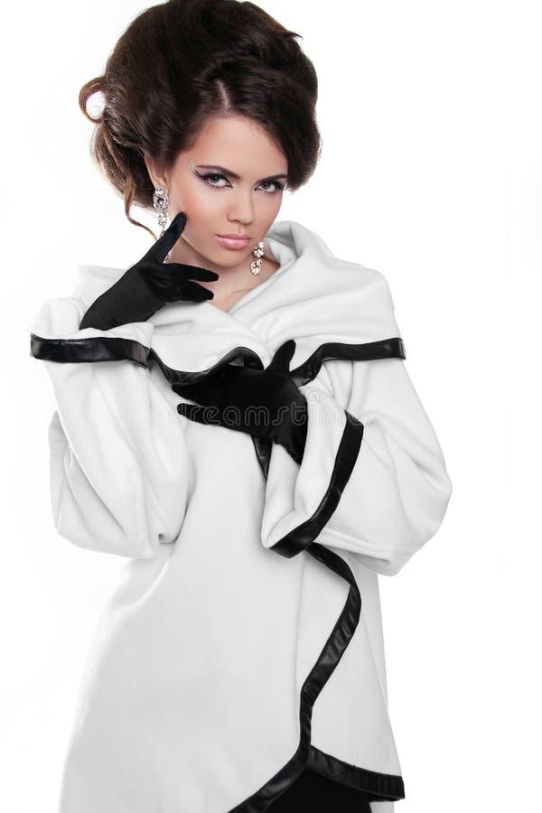 Muchacha del modelo de moda con el peinado en la capa blanca aislada en pizca fotografía de archivo libre de regalías
