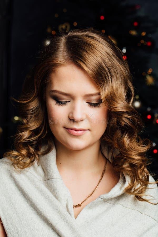 Muchacha del modelo de moda de la Navidad de la belleza Fondo del árbol de Navidad imagen de archivo
