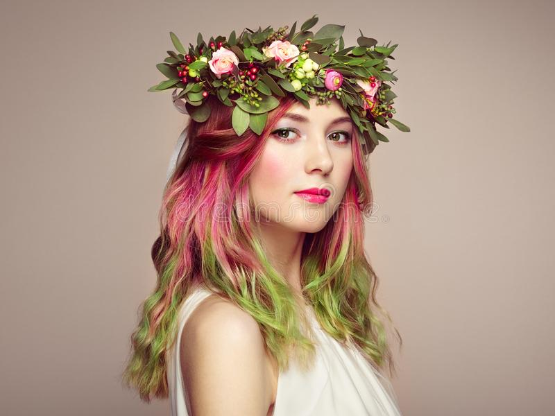 Muchacha del modelo de moda de la belleza con el pelo teñido colorido imágenes de archivo libres de regalías