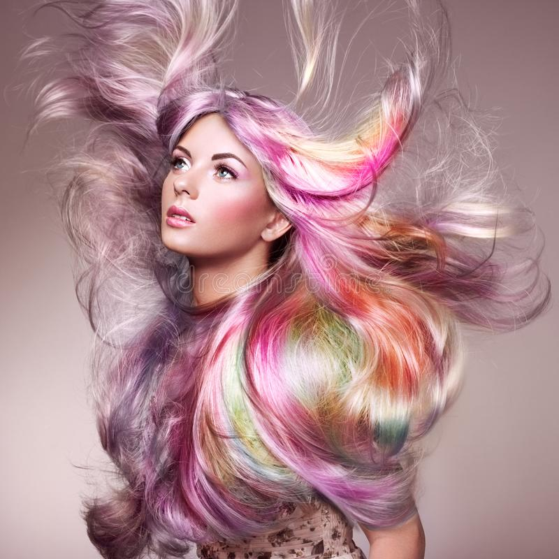 Muchacha del modelo de moda de la belleza con el pelo teñido colorido foto de archivo