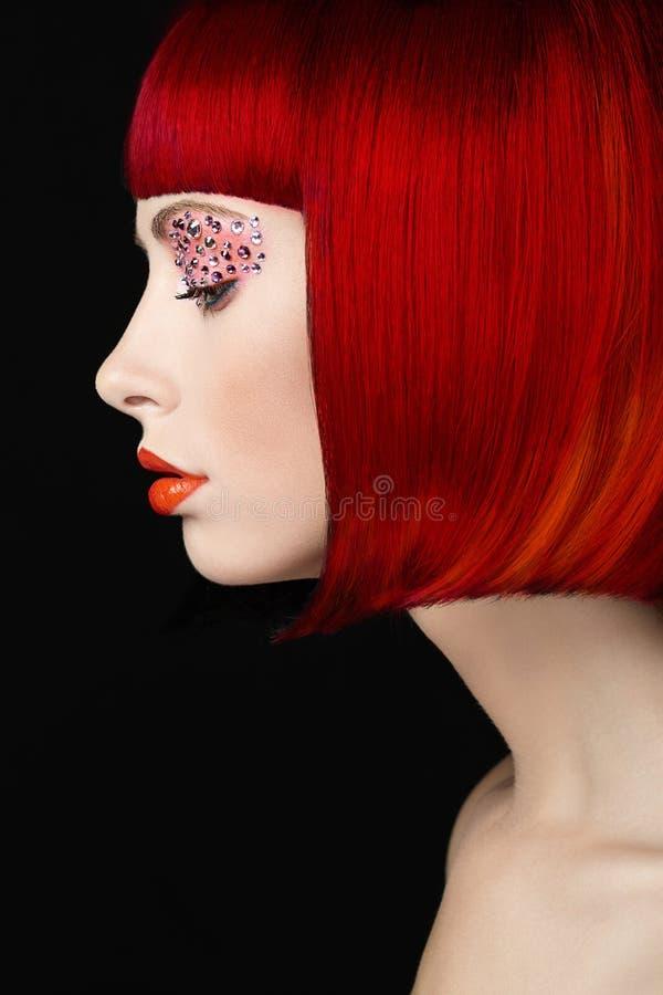 Muchacha del modelo de moda de la belleza con el pelo teñido colorido Muchacha con maquillaje y el peinado perfectos Modelo con e imagen de archivo libre de regalías