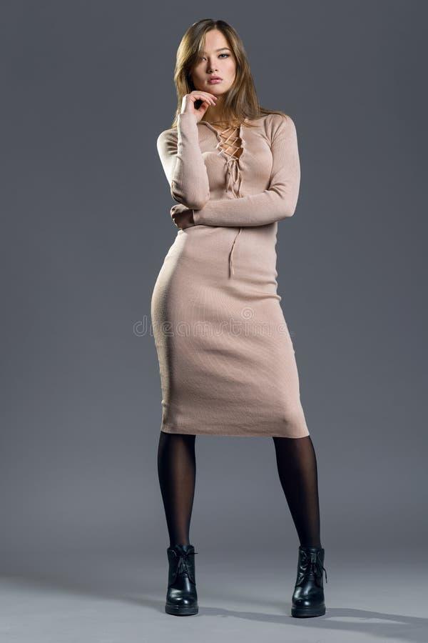 Muchacha del modelo de moda de la belleza que lleva el vestido hecho punto elegante Retrato atractivo de la mujer con maquillaje  fotografía de archivo libre de regalías