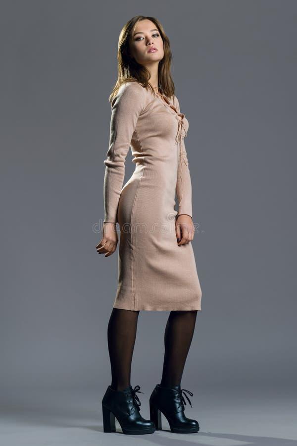 Muchacha del modelo de moda de la belleza que lleva el vestido hecho punto elegante Retrato atractivo de la mujer con maquillaje  imágenes de archivo libres de regalías