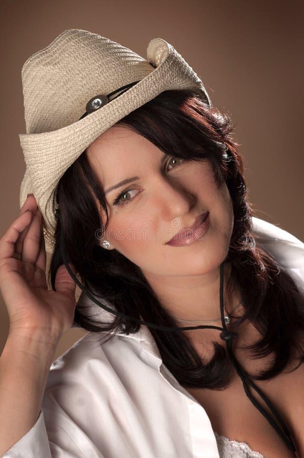 Muchacha del montante del país con un sombrero de paja fotos de archivo