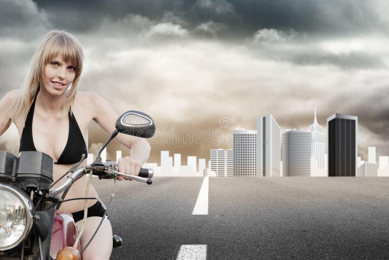 Muchacha del motorista en una motocicleta foto de archivo libre de regalías