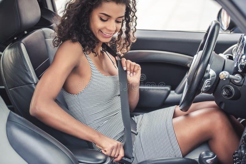 Muchacha del mulato en coche imagenes de archivo