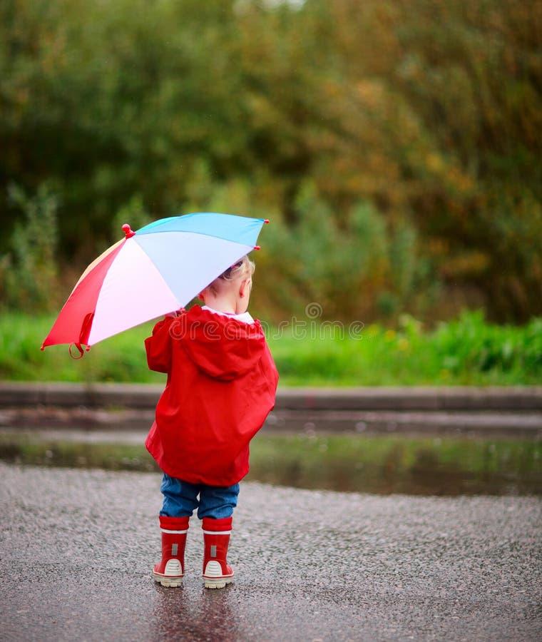 Muchacha del niño con el paraguas imagen de archivo