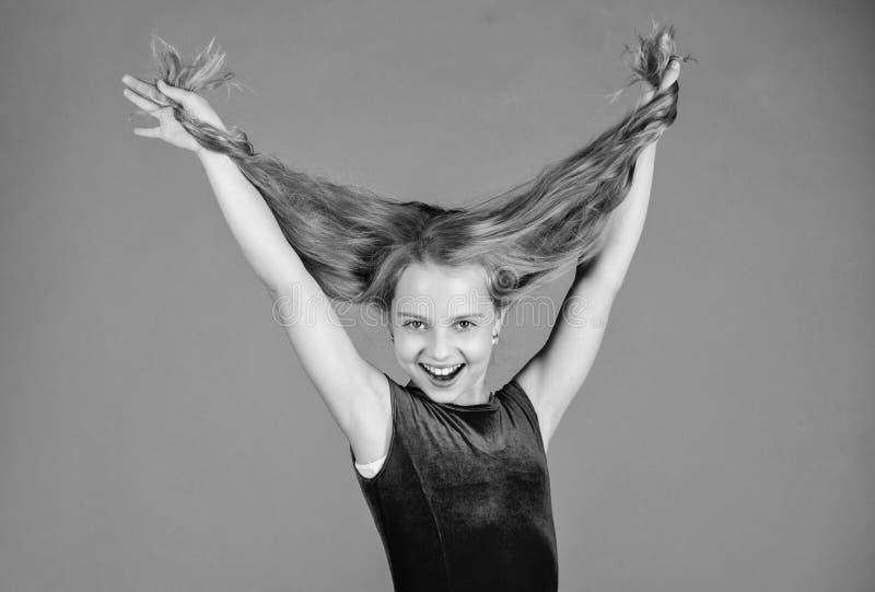 Muchacha del niño con el vestido largo del desgaste del pelo en el fondo violeta Peinado para el bailarín Cómo hacer el peinado o fotografía de archivo libre de regalías