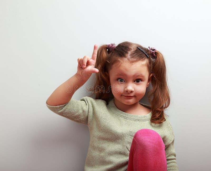 Muchacha del niño de la emoción de la diversión con la buena idea que muestra el finger para arriba foto de archivo libre de regalías