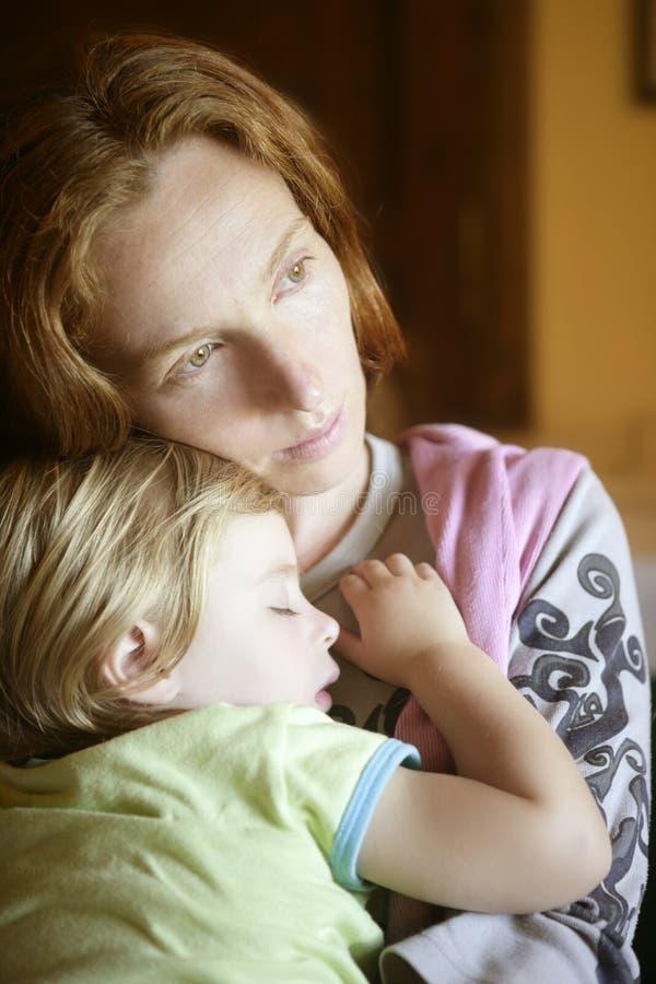 Muchacha del niño del bebé que duerme en brazos de la madre imágenes de archivo libres de regalías