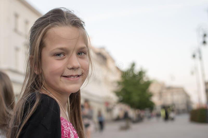 Muchacha del niño en ciudad foto de archivo
