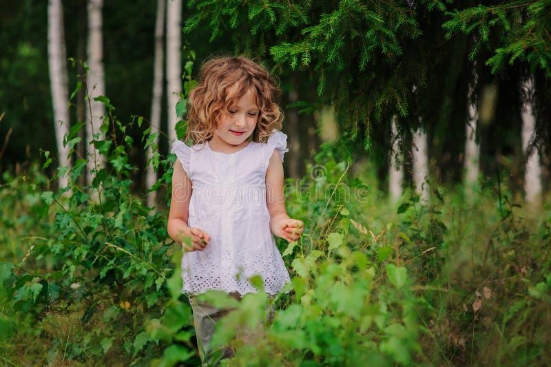 Muchacha del niño en el paseo en bosque del verano, exploración de la naturaleza con los niños foto de archivo