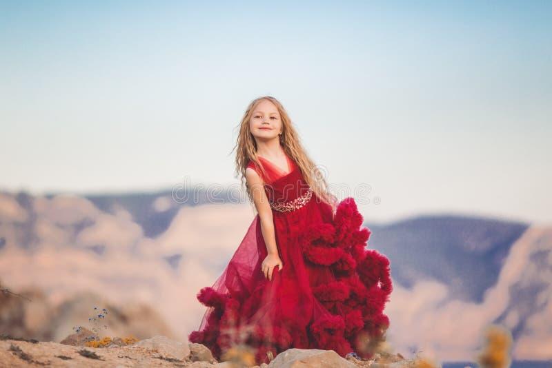Muchacha del niño en el top de la montaña con la opinión del mar fotografía de archivo