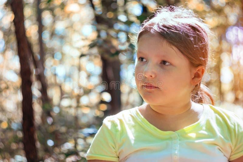 Muchacha del niño en un parque en naturaleza fotografía de archivo