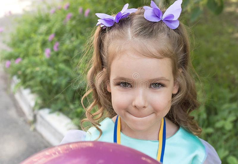 Muchacha del niño hermoso Ella tiene ojos dañosos y sonrisa y tiene scrunchy agradable imagen de archivo libre de regalías