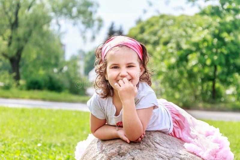 Muchacha del niño hermoso en parque de la primavera Niño feliz que se divierte foto de archivo libre de regalías
