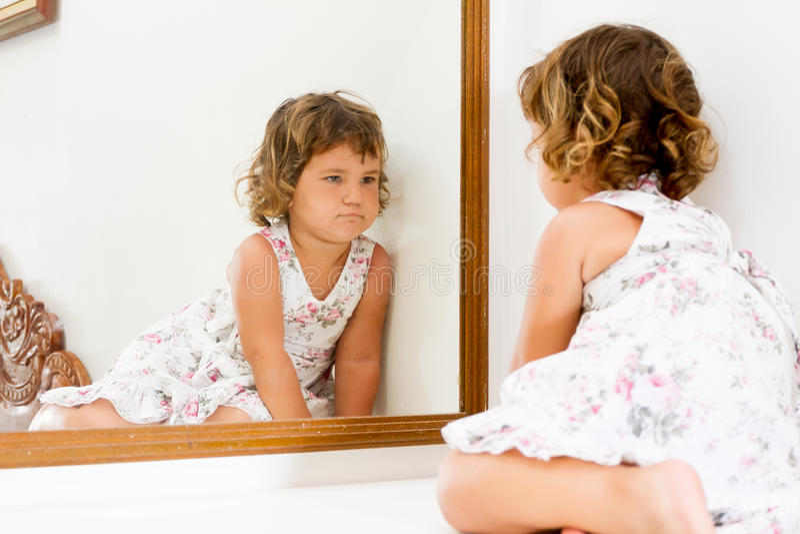 Muchacha del ni o hermoso que mira se en espejo en casa - Espejo irrompible ninos ...