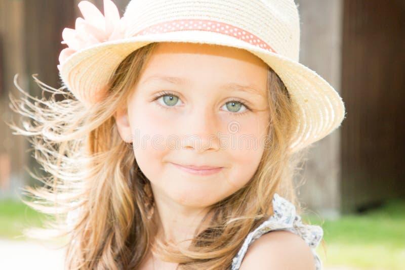 muchacha del niño joven con el sombrero en día soleado del verano fotografía de archivo libre de regalías