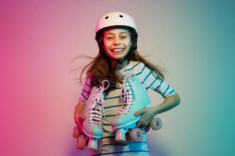 Muchacha del niño joven en casco de seguridad con los pcteres de ruedas - deportes fotos de archivo libres de regalías