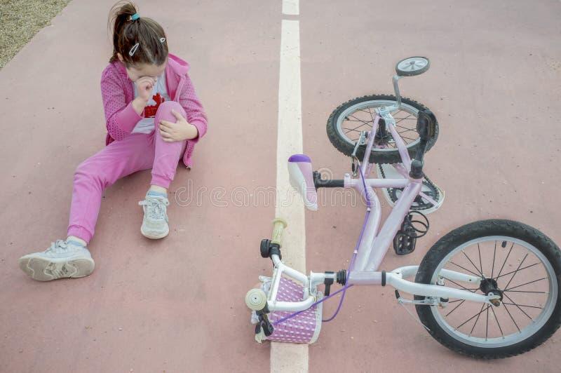 Muchacha del niño que llora después de accidente de la bici foto de archivo