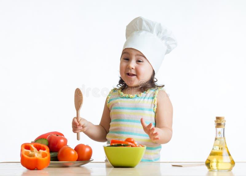 Muchacha del niño que prepara la comida sana en la cocina fotos de archivo libres de regalías