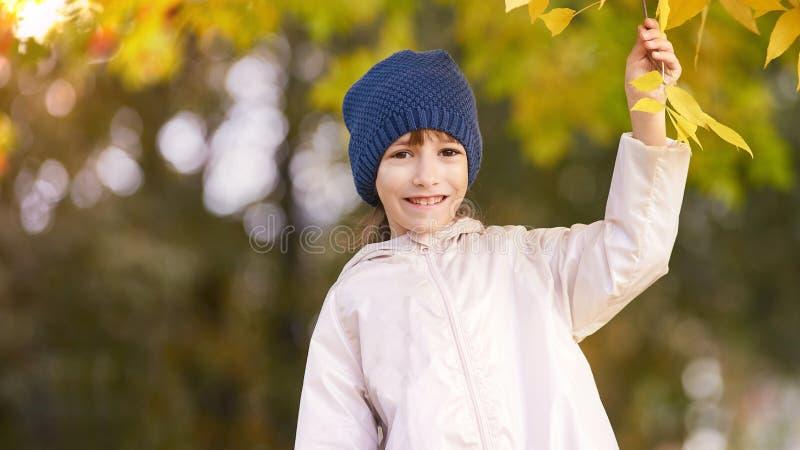 Muchacha del ni?o Oto?o al aire libre Sombrero azul fotografía de archivo libre de regalías